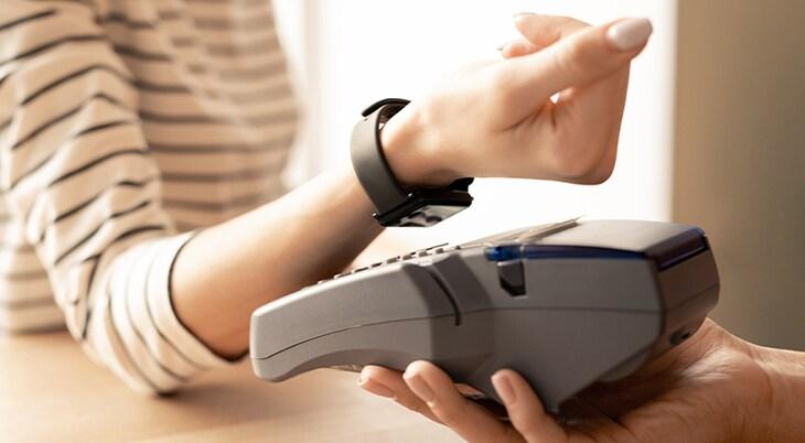 Kontaktlos bezahlen mit Karte, Smartphone und Co.: so geht's